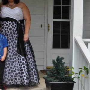Dresses & Skirts - White and black polka dot prom dress size 28